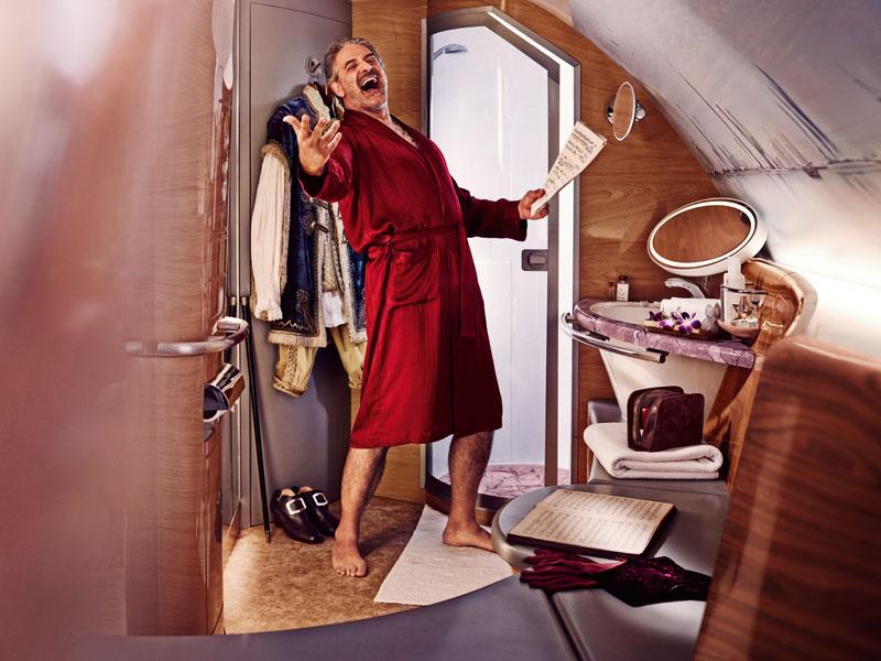 「すばらしいクルミ材と大理石でしつらえたエミレーツ航空のシャワースパ」出典:http://www.emirates.com
