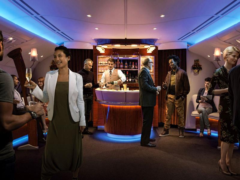 「飛行中に疲れを感じたら、当社の機内ラウンジで一息ついて、脚をストレッチ」出典:http://www.emirates.com
